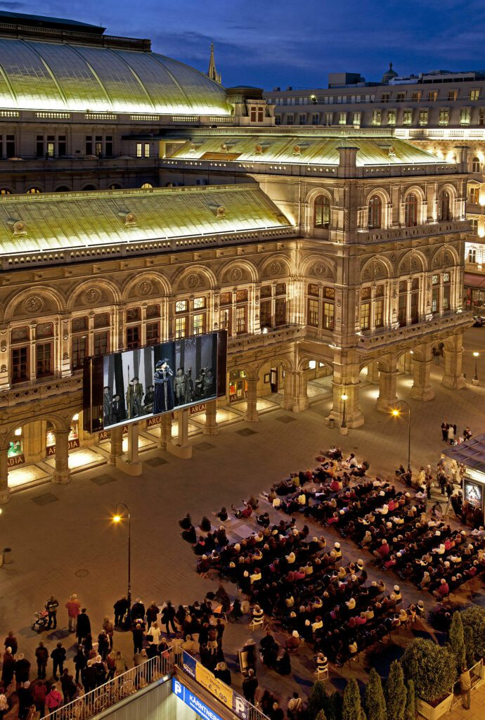 Live-stream in the piazza of Vienna State Opera. Photo: Michael Pöhn